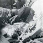 """No caminhão de resgate do exército, o soldado tenta fazer a garotinha ferida e sofrendo da """"doença da radiação"""" tomar um pouco de água. Ela faleceu pouco tempo depois desta foto. Foto tirada por Hajime Miyatake, em 10 de agosto de 1945."""