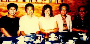 Foto histórica: desenhista Yoko Imamura, Noriyuki, Sonia Luyten, Ryotaro Mizuno e Takashi Yanase, no hotel Shibuya Tokyu Inn, em 1985