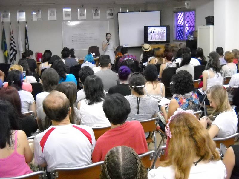 Palestra da Cristiane lotou a sala da Associação Mie no dia 9 de março de 2014: um tema específico como Moda Japonesa tem muitos seguidores no Brasil.
