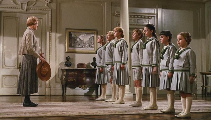 Para quem lembra de 'Sound of Music' com a Julie Andrews. há a famosa cena com os uniformes das crianças