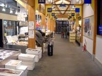 Um mercado de peixe limpo e sem cheiro.