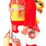 Menina com o kimono comemorativo de 7 anos (Sekaibunkasha)